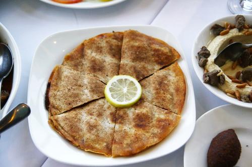 Một loại bánh kẹp thịt giống như Pizza, nhưng đậm đặc mùi cari và không phải du khách nước ngoài nào cũng có thể xơi hết được đĩa này dù nhìn khá ngon mắt.