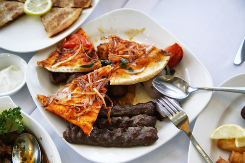 Pizza và thịt nướng phong cách Trung Đông. Nếu ăn được hết cả đĩa này, khoảng 2 ngày sau đó trong hơi thở của bạn sẽ vẫn nồng mùi cà ri.