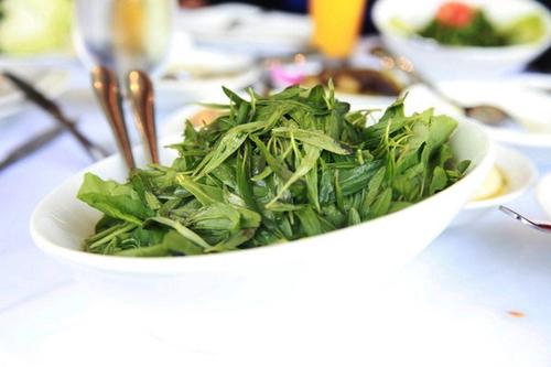 Món rau trộn trong nước cốt chanh có vị chua gắt.