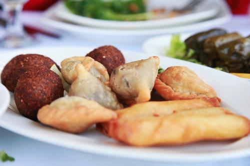 Bánh bao chiên, há cảo rán, bánh gối của Trung Đông rất nhiều thịt bên trong nhưng đều sặc mùi cà ri.