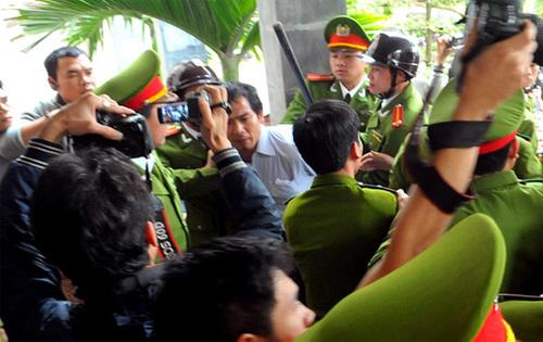 11h50, phiên xử buổi sáng kết thúc. Luyện được rất nhiều cảnh sát áp tải ra xe.