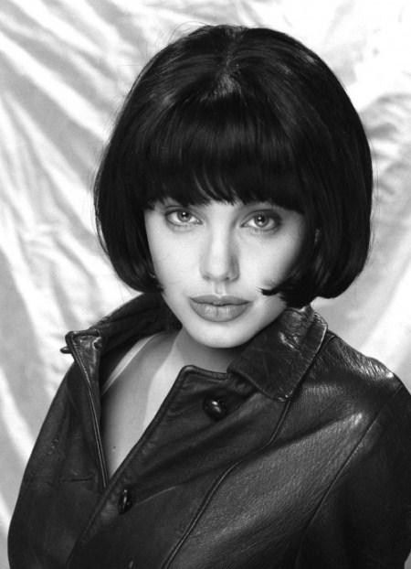 Tóc bob ngắn màu đen tuyền kết hợp cùng trang phục bụi bặm tạo cho Jolie một phong cách hoàn toàn khác.