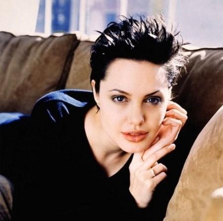 Tóc pixie tạo kiểu với gel và cặp lông mày tỉa tót gọn gàng, Jolie đã áp dụng rất chuẩn nguyên tắc làm đẹp.
