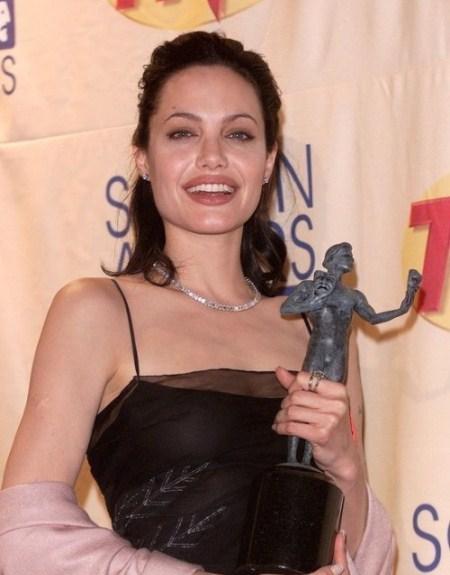 Những năm sau này, Jolie thiên về các kiểu tóc nữ tính, sang trọng.