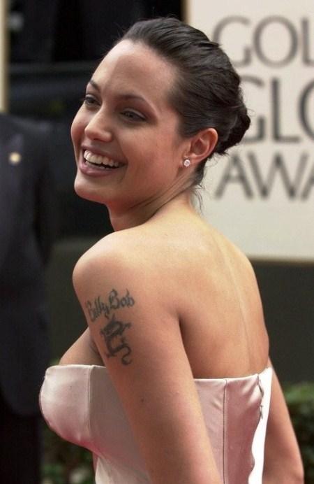 Tóc búi cổ điển nhưng không làm Jolie bị già bởi nó được kết hợp cùng phong cách trang điểm nhẹ nhàng.