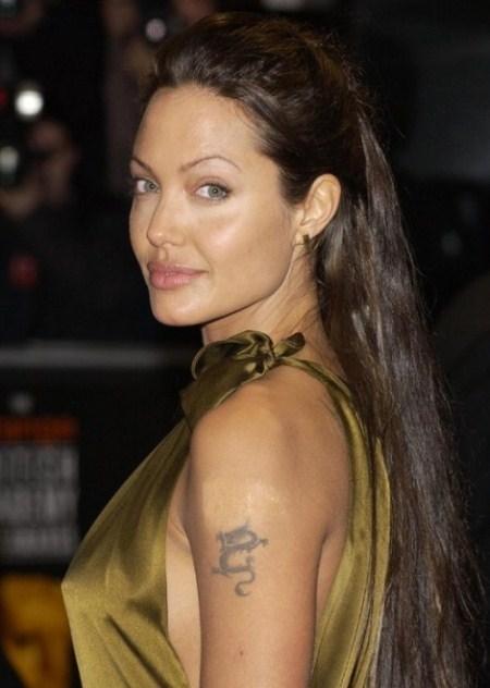 Tóc đuôi ngựa buộc cao là kiểu ít được Jolie sử dụng.