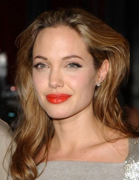 Mái tóc nhuộm vàng ánh kim rất phù hợp để làm tôn lên làn da trắng, mịn màng.
