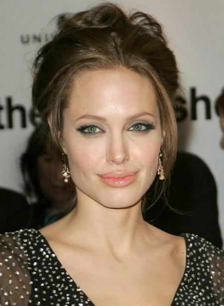 Xuất hiện tại các sự kiện quan trọng, bà Smith thường chọn kiểu tóc búi cao.