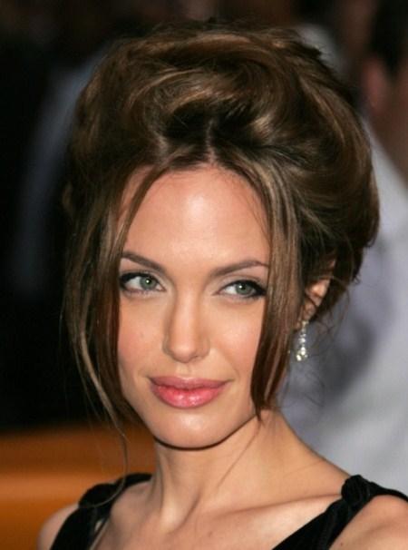 Một vài lọn tóc buông nhẹ làm tăng vẻ điệu đà, duyên dáng. Đồng thời che đi gò má cao.