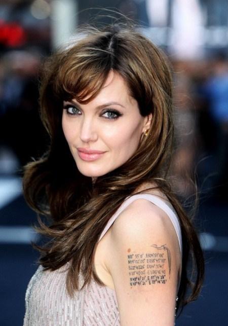 Một chút thay đổi về màu sắc và kiểu tóc mái, Jolie trông trẻ trung hơn.