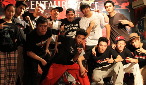 Trong buổi thi đấu diễn ra ở Dance Meet Studio, nhiều thành viên của Milky Way (Việt Nam) và Poppers Action Party (Singapore) thể hiện sự thân thiện bằng cách chọn trang phục cùng màu đen.