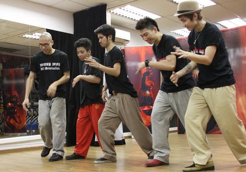 Milky Way không chỉ là nhóm nhảy vô địch cuộc thi Centaur Dance Showdown, mà còn là một trong những nhóm popping nổi tiếng và tài năng nhất hiện nay của Việt Nam. Chính vì thế, khi so tài với các bạn nhảy người Singapore, các chàng trai Milky Way rất tự tin. Họ phô diễn kỹ thuật popping điêu luyện với các động tác nhảy đồng bộ, làm bùng nổ cả khán phòng.
