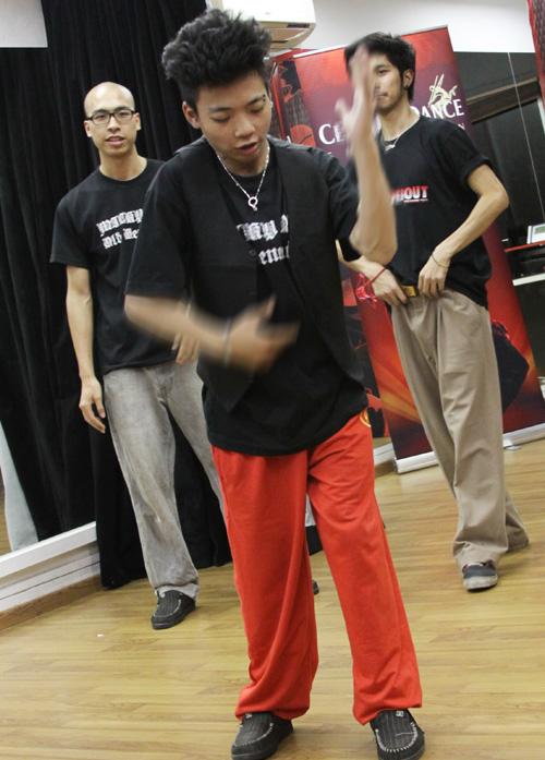 Trưởng nhóm Hoa Đức Công thể hiện những động tác kỹ thuật khó. Popping là một thể loại nhảy đường phố dựa trên kĩ thuật làm co và thả lỏng thật nhanh cơ bắp để tạo những cú giật trên cơ thể vũ công, được gọi là một pop hoặc hit.