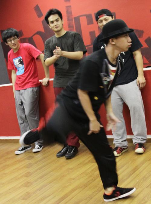 Từng thành viên của nhóm thay nhau ra sàn diễn để biểu diễn những động tác kỹ thuật cao.