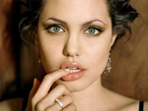 Angelina Jolie tuổi Ất Mão (1975)