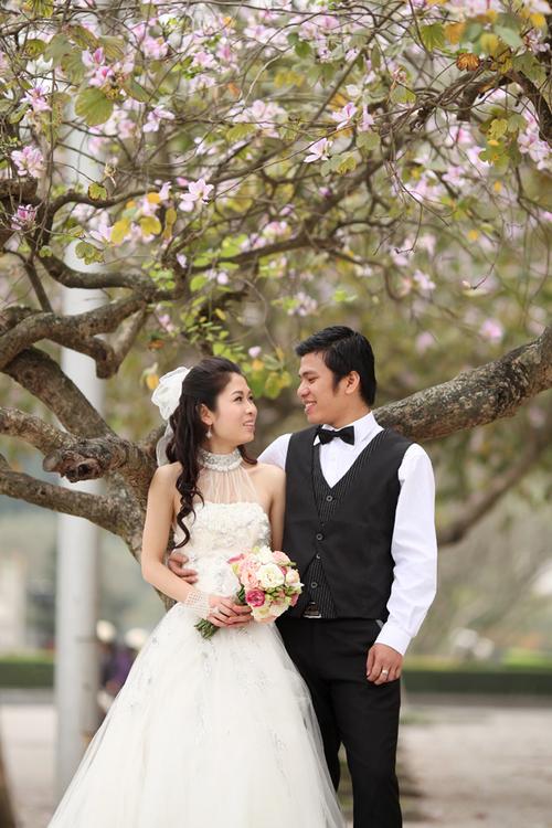 Cô dâu trong bộ ảnh Đám cưới tình yêu chọn váy cưới và áo dài ren khi chụp ảnh cưới vào mùa hoa ban nở.