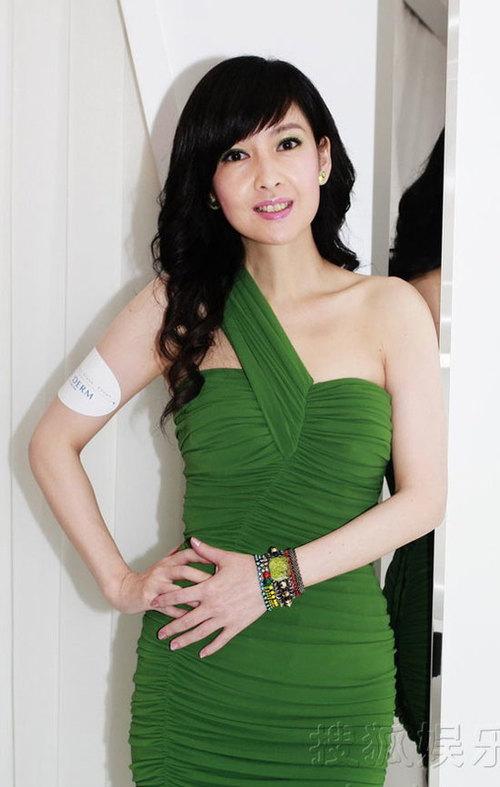 Tham dự sự kiện, Châu Huệ Mẫn nổi bật với bộ đầm xanh trẻ trung.