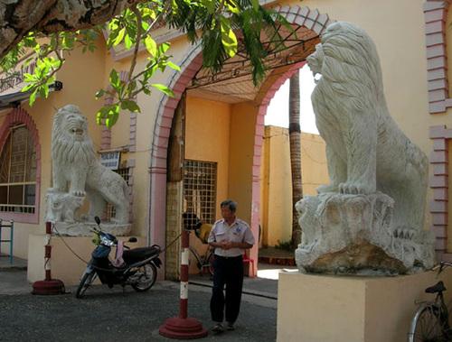 Tại cổng nhỏ, nơi kiểm soát vé của khu du lịch Bình An cũng có hai sư tử đá.
