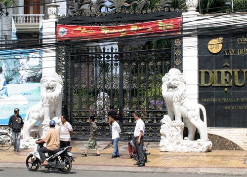 Bên ngoài cổng biệt thự riêng của bà Phạm Thị Diệu Hiền. Bên trong căn nhà này còn nhiều vật khí phong thủy độc đáo.