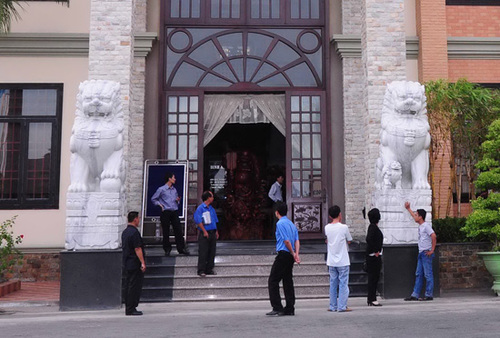 Cặp sư tử đá trước cửa trụ sở Công ty CP Thủy sản Bình An (Bianfishco).
