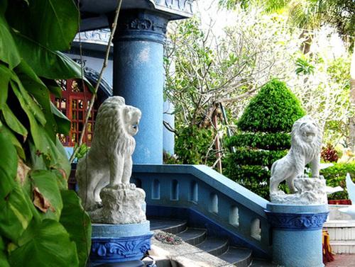 Tại Sóc Trăng, từ cổng khu du lịch Bình An vào đến căn biệt thự trong khu du lịch này của bà Hiền có đến 4 cặp sư tử đá.