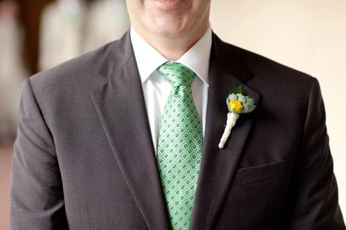 Còn hoa cưới của chú rể được chọn từ tông màu vàng giống bó hoa cô dâu, kết hợp cùng hoa đá, cũng là một loại hoa có trong bó hoa cầm tay của cô dâu.