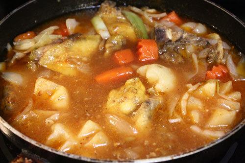 Đun hỗn hợp gà, cà rốt, khoai tây và đậu Hà Lan.