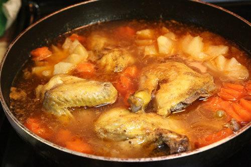 Đổ từ từ bột năng để nước súp hơi sền sệt.