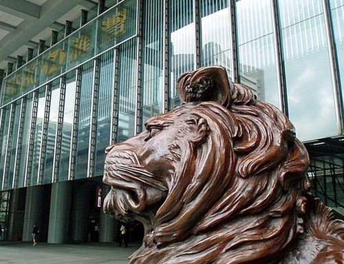 Cặp sư tử bên ngoài HSBC Hong Kong được đúc bằng đồng để củng cố năng lượng Kim của ngành ngân hàng.
