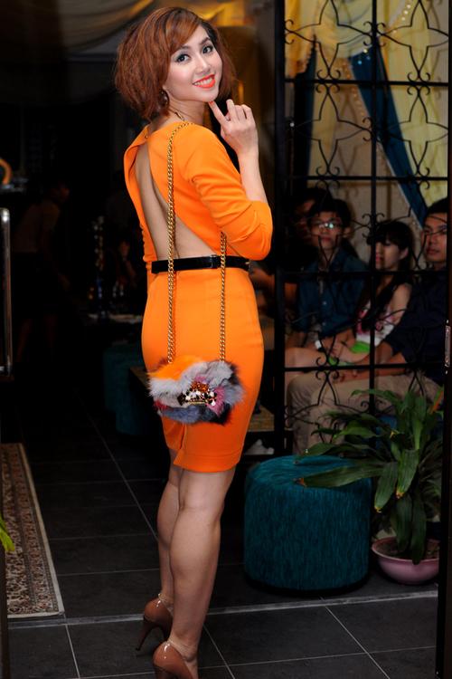 Ngọc Diệp nổi bật khi diện váy màu cam xẻ lưng