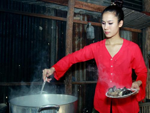 Thái Hà còn tự tay vào bếp nấu các món ăn dân dã của người lao động.