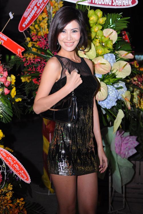 Người đẹp Thanh Hoài cũng diện váy ngắn, khoe chân dài khi đi dự tiệc mừng cô bạn thân.