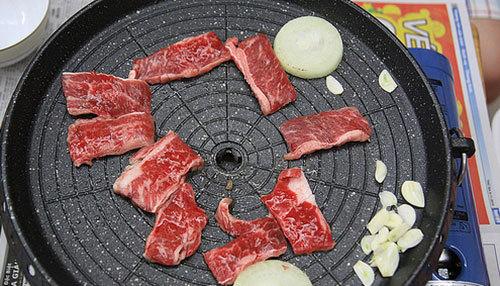 Nướng thịt bò bằng chảo lòng trũng hoặc chảo phẳng chống dính đều ngon.
