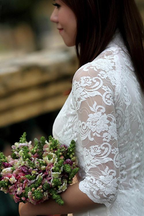 Vải ren màu trắng dễ làm cô dâu béo để lộ nhược điểm cơ thể. Ảnh: Tường Nguyễn.