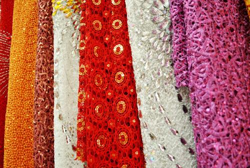 Cô dâu mập có thể chọn kiểu ren nhỏ, màu sậm như đỏ, tím...