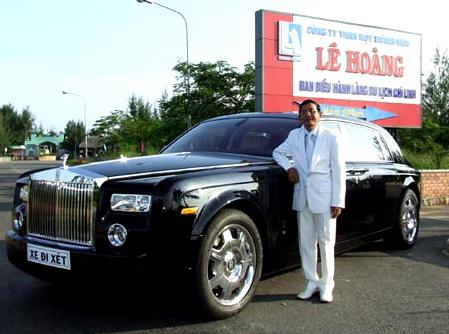 Ông Lê Ân bên chiếc siêu xe của mình.