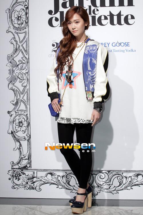 """Jessica, cô ca sĩ tóc vàng của SNSD """"ăn gian"""" chiều cao với một đôi giày"""