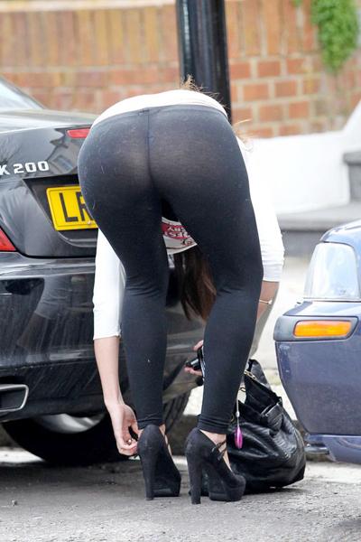 Chiếc quần siêu mỏng phản cảm 'phản chủ' khi Imogen Thomas cúi xuống sửa quai giày.