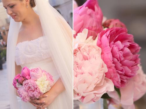 Hoa cầm tay gồm mẫu đơn trắng và mẫu đơn hồng.