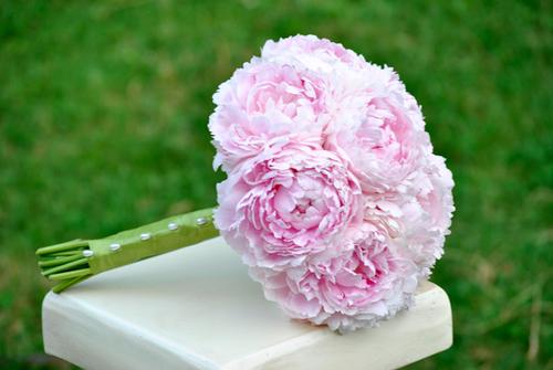 Bạn có thể chọn bó hoa cầm tay được kết hoàn toàn từ mẫu đơn.