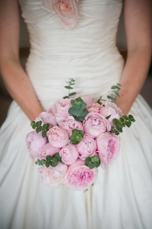 Những bông hoa hồng chúm chím nở khi kết hợp với những chiếc lá xanh sẽ là bó hoa cưới tuyệt đẹp.