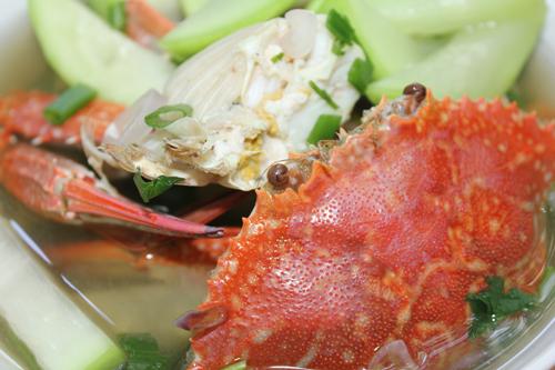 Lẩu ghẹ nấu bầu có vị ngọt tự nhiên của ghẹ, vị ngọt thanh trong từng miếng bầu.