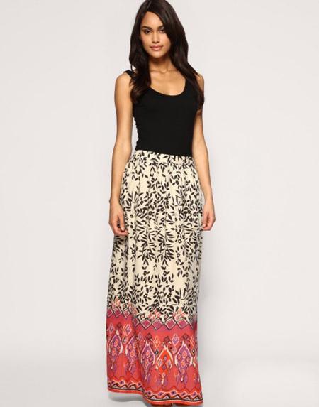 Chân váy với hai mảng màu nằm ngang sẽ giúp bạn 'thu ngắn' chiều dài đôi chân.