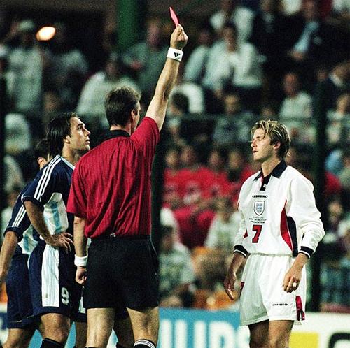 Cựu thủ quân tuyển Anh cũng không quên nhắc lại chuyện bị đuổi khỏi sân sau pha 'trả đũa' một cách trẻ con với Simeone trong trận đấu với Argentina tại World Cup 1998.