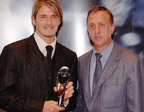 'Tôi rất vinh dự khi nhận giải Cầu thủ hay nhất mùa giải của UEFA năm 1999 do huyền thoại Johan Cruyff trao tặng'.