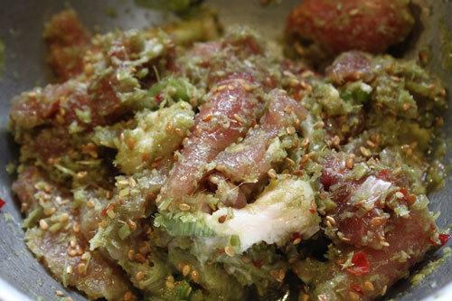 Thịt thái miếng vừa ăn, tẩm ướp gia vị.