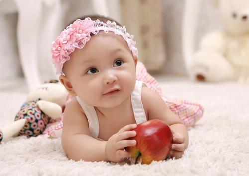 Bé Trần Phương Trà, 1 tuổi. Ảnh chụp lúc bé 6 tháng tuổi. Ở nhà bé được gọi là Nấm vì dáng đi rất giống cây nấm di động.