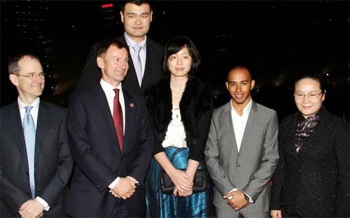 Tay đua đội McLaren thậm chí còn thấp bé hơn Yet Li, bà xã của Yao Ming