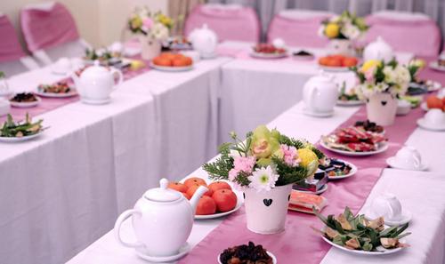 Bàn tiếp khách được phủ khăn hồng và ghế ngồi cũng được khoác lên mình áo ghế hồng cùng màu.