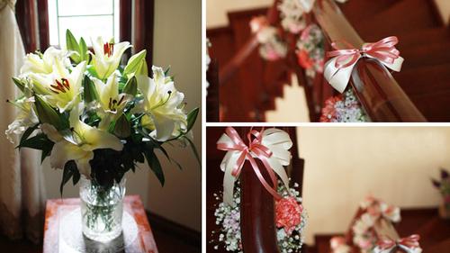 Cầu thang cũng được chăm chút bằng cách thắt ruy băng hồng và được tô điểm bằng những quả cầu hoa nhỏ xinh.